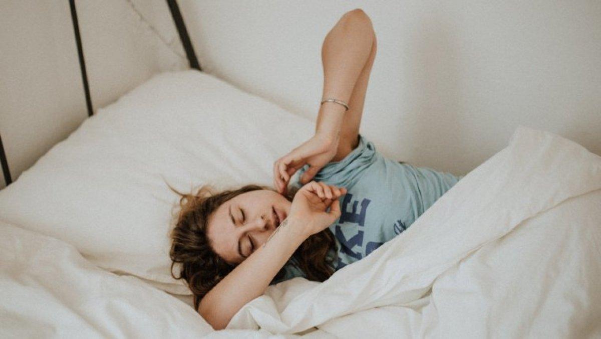 Las funciones de la serotonina incluyen la producción de melatonina y la regulación de nuestro ciclo de sueño.